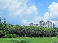 蓝天白云下的松江税务局大楼
