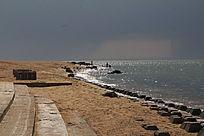 阳光下的沙滩大海