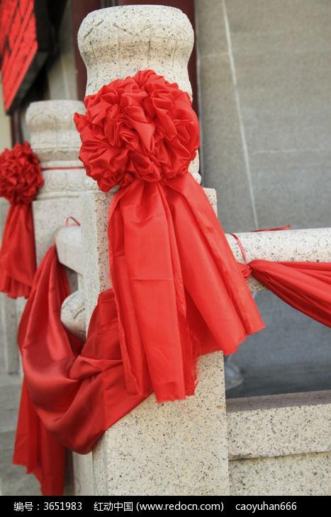 绑在石柱的大红花