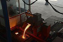 钢铁铸造倾倒铁水进入模具