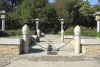园林中雕刻的石柱花苞图片
