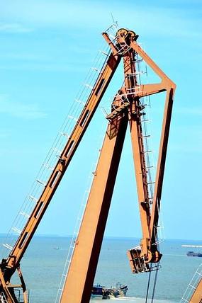 港口码头座式起重机特写图片