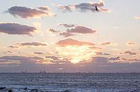 海上日出彩云飘飘海鸥飞翔