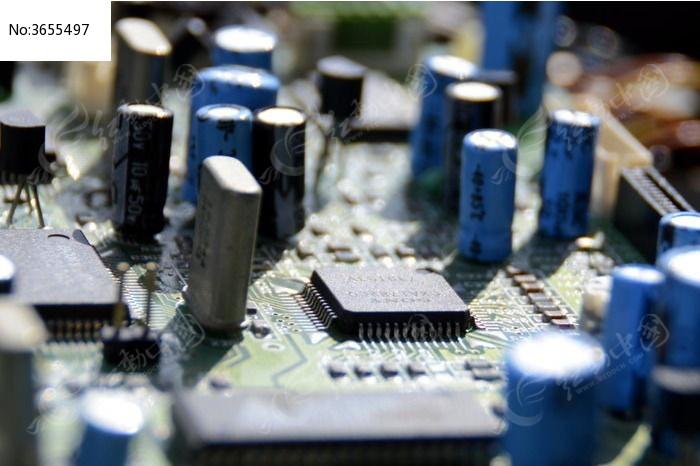 近拍集成电路板上的电子原件图片