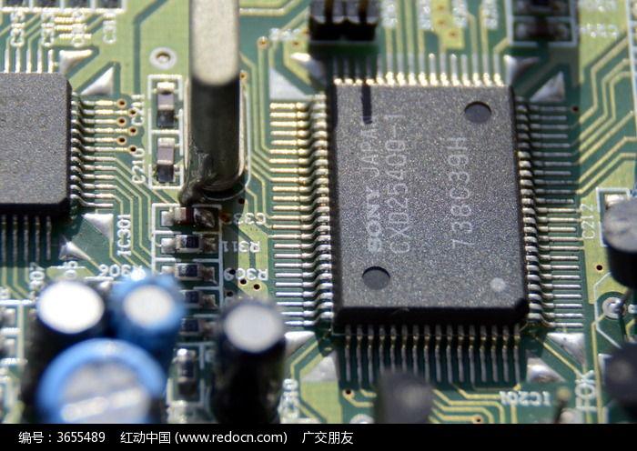 近拍集成电路板上的芯片图片