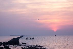 太阳升起在海平面
