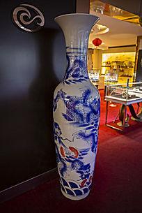 鱼龙图案陶瓷瓶