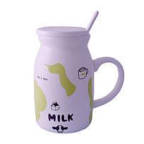 带勺子的牛奶杯