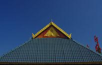 傣族房顶的金孔雀浮雕装饰