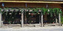 酒吧门面绿化式装潢的原木木架