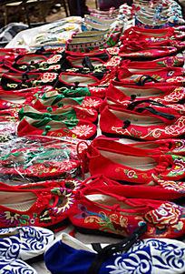 具有民族风格的绣花布鞋