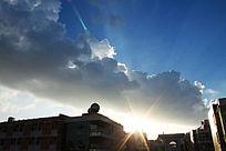蓝天白云下的教学楼