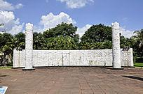 哈尼族的广场壁画和图腾柱