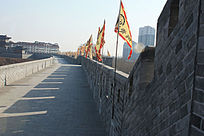 插着旗子的古时城墙