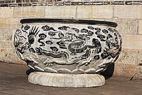 雕刻着古代图腾的大石缸