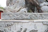 石墩上雕刻的一条龙纹图案