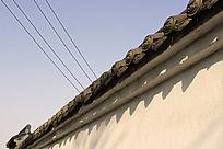古老的墙头交错着平行的电线