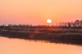 小河边太阳升起