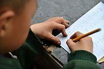 小学生写作业