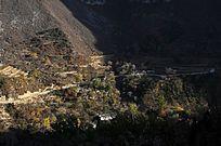 阳光普照下的山村