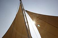 透过帆的光
