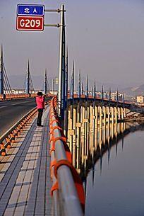 高架桥上的女人
