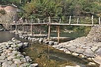 木板搭就的简易桥梁