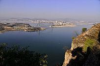 郧阳汉江河岸边对视的大桥