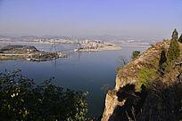 在郧阳汉江河岸看到的汉江大桥