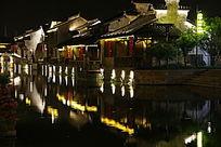 江南水乡夜景房屋倒影摄影图
