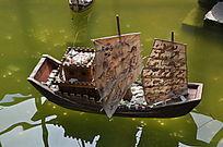 水面上的帆船