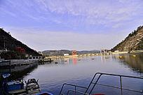 水上停泊的船只围栏