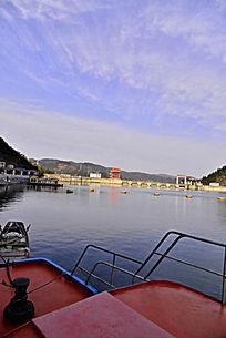 水上停泊的游船