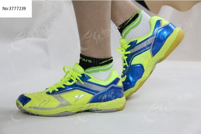 模特脚下摆着造型的运动鞋图片_生活百科图片