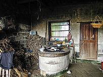 农村老木房子厨房内景
