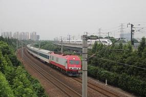 一列火车与一列高铁同时疾驰而过