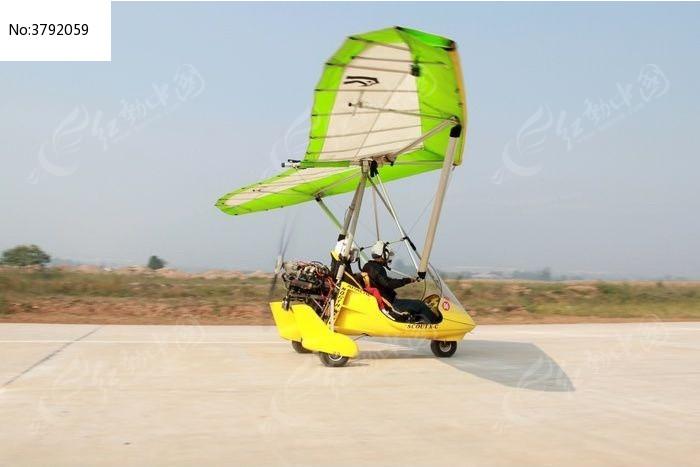 滑行中的三角翼飞行器图片