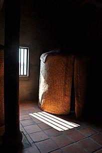 屋内古老的粮仓