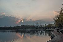 夕阳时刻湖面天空上霞光