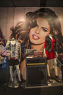 商场橱窗里的招贴画及商品展示
