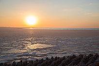 夕阳落日时刻满是浮冰的海上风光