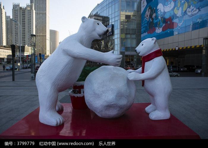 两头北极熊与雪球雕塑