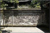 雕满壁画的围墙