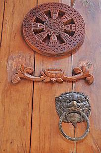 木门上的雕刻 门环
