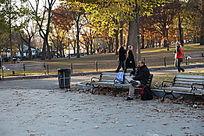 波士顿公园长椅上的人