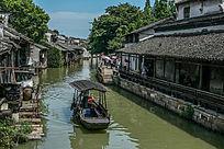 古民居长廊及水中的小船