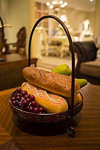 篮子里的水果和面包