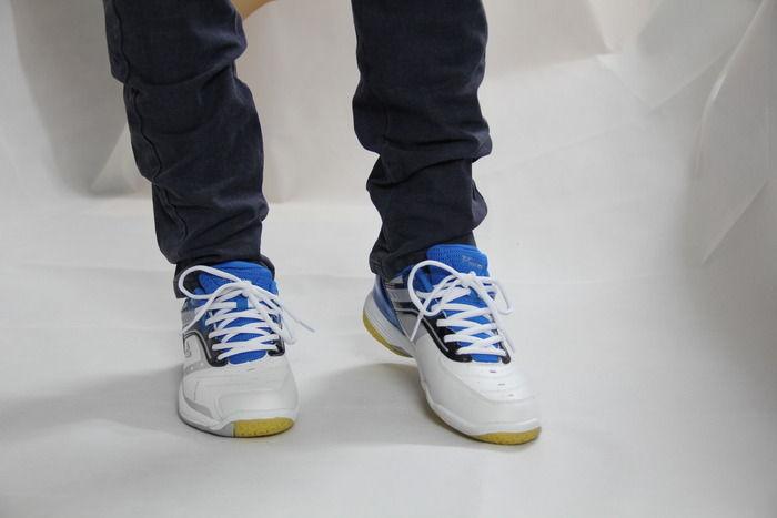 模特脚下的专业运动鞋图片,高清大图_服饰鞋帽