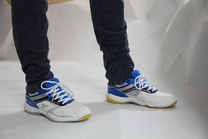 一对模特穿着的运动鞋图片,高清大图_服饰鞋帽