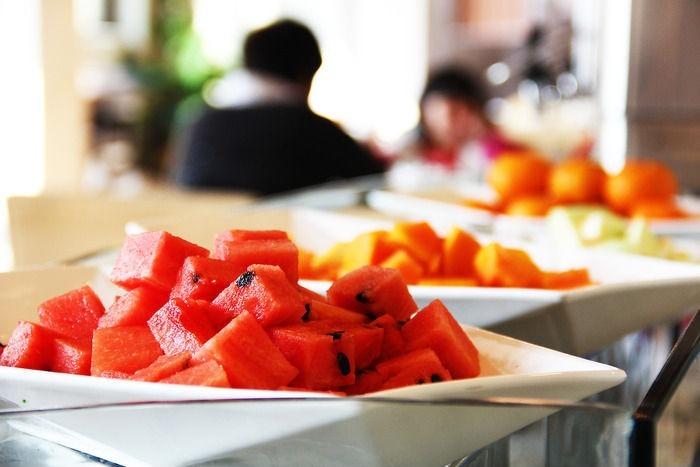 自助餐厅里的水果拼盘图片